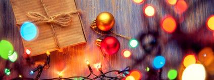 Украшения подарочной коробки и освещения рождества на деревянном backgr стоковая фотография rf