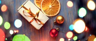 Украшения подарочной коробки и освещения рождества на деревянном backgr стоковые изображения rf