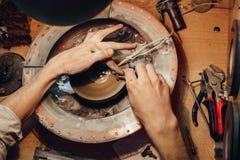 Украшения полируя каменный голубой кубический zirconia Стоковые Фотографии RF