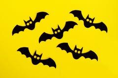 Украшения праздника на хеллоуин 5 черных бумажных летучих мышей на желтой предпосылке, взгляде сверху стоковое фото rf