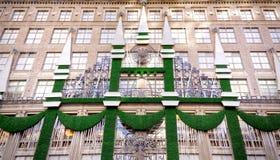 Украшения праздника рождества на Saks Fifth Avenue Стоковые Фотографии RF