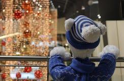 Украшения плюшевого медвежонка и рождества на торговом центре Стоковое Изображение RF
