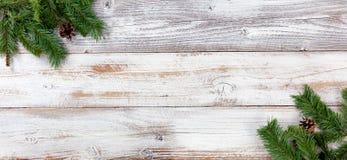 Украшения рождества вечнозеленые в левых и правых углах на whi стоковые фотографии rf