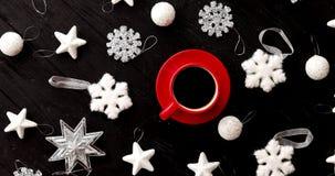 Украшения рождества вокруг горячего напитка видеоматериал