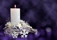Украшения рождества в звезде и снежинке формы с горя свечой стоковые изображения