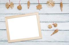 Украшения рождества деревянные и рамка фото на белой деревянной предпосылке стоковые изображения rf