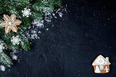 Украшения рождества, елевые ветви на темной верхней части VI предпосылки стоковое фото rf