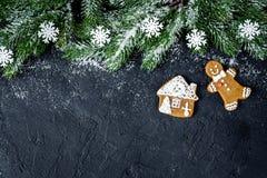 Украшения рождества, елевые ветви на темной верхней части VI предпосылки стоковая фотография rf