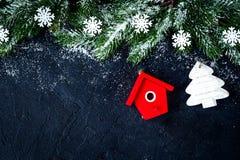 Украшения рождества, елевые ветви на темной верхней части VI предпосылки стоковое фото