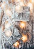 Украшения рождества зимнего отдыха, белые подарочные коробки и knitt Стоковые Фото