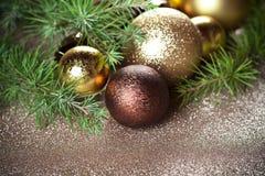 Украшения рождества и вечнозеленая ель стоковое изображение