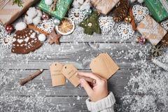 Украшения рождества и конусы сосны на сером деревянном столе звезды абстрактной картины конструкции украшения рождества предпосыл Стоковая Фотография