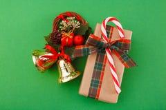 Украшения рождества и коробка праздничного подарка в бумаге ремесла на зеленой предпосылке, взгляд сверху Стоковое Изображение