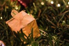 Украшения рождества и Нового Года подарочной коробки золота, мягкий фокус Стоковые Изображения RF
