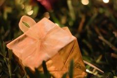 Украшения рождества и Нового Года подарочной коробки золота, мягкий фокус Стоковые Фото