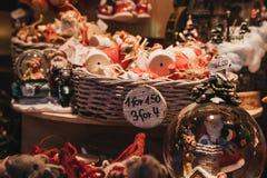 Украшения рождества и рождественской елки на продаже в стране чудес зимы, Лондоне стоковые фото