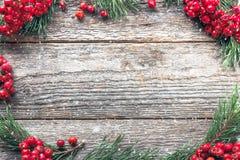 Украшения рождества, красный цвет рябины и ветви ели на деревянной предпосылке стоковое изображение rf