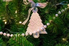 Украшения рождества на ветвях ели Стоковые Фотографии RF
