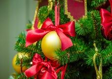 Украшения рождества на ветвях ели Стоковое Изображение