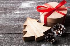 Украшения рождества на коричневой затрапезной предпосылке Стоковая Фотография