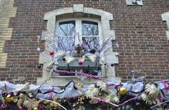 Украшения рождества на окне в Франции Стоковые Изображения
