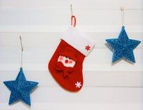 Украшения рождества на окне Тема дома украшения рождества дополнительный xmas формы предпосылки Стоковая Фотография RF