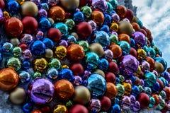 Украшения рождества на рождественской елке в центре города стоковое фото rf