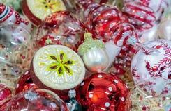 Украшения рождества на рождественской елке различных форм и размеров стоковое фото rf