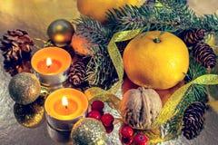Украшения рождества, Новый Год праздник подарков Рожденственской ночи много орнаментов состав мандарины овальные ветви конусы све стоковые изображения rf