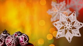 Украшения рождества против теплых расплывчатых светов сток-видео