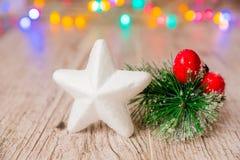 Украшения рождества с гирляндой на деревянных деревенских планках стоковые фото