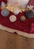 Украшения рождества с красной и деревянной предпосылкой стоковые фото