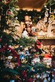 Украшения рождественской елки на продаже на рождественской ярмарке на дворце Schönbrunn, Вене, Австрии стоковая фотография rf