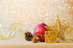 Украшения рождества в красном цвете и золото над предпосылкой яркого блеска стоковое изображение
