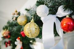 Украшения рождества в форме шариков и смычка Стоковые Изображения