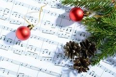 Украшения рождества лежа на листе примечаний Стоковое Изображение