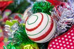 Украшения рождества - красный цвет и зеленый цвет striped орнамент Стоковая Фотография