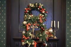 Украшения рождества на двери Стоковые Фотографии RF