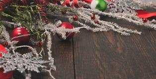 Украшения рождества на деревенской деревянной предпосылке Стоковое Фото