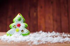 Украшения рождества на деревянной предпосылке: ватка дерева мягкая и стоковое фото