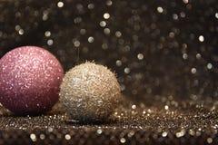Украшения рождества на сияющей черной предпосылке стоковые фото