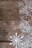 Украшения рождества на старом деревянном столе Стоковое Изображение