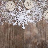 Украшения рождества на старом деревянном столе Стоковые Фото