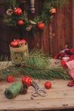Украшения рождества на уютном деревянном загородном доме, внешней установке на таблице Стоковые Изображения
