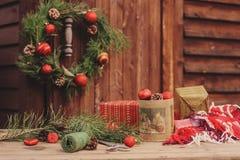 Украшения рождества на уютном деревянном загородном доме, внешней установке на таблице Стоковые Фотографии RF