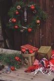 Украшения рождества на уютном деревянном загородном доме, внешней установке на таблице Стоковое Изображение