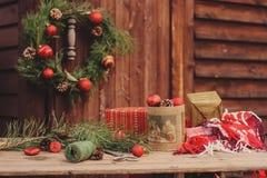 Украшения рождества на уютном деревянном загородном доме, внешней установке на таблице Стоковая Фотография