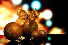 Украшения рождества на черном отражении зеркала отделывают поверхность Стоковая Фотография
