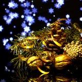 Украшения рождества на черном отражении зеркала отделывают поверхность Стоковые Фото