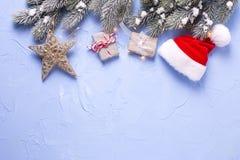 Украшения рождества обернули настоящие моменты, шляпу Санты, fu ветвей Стоковые Фотографии RF